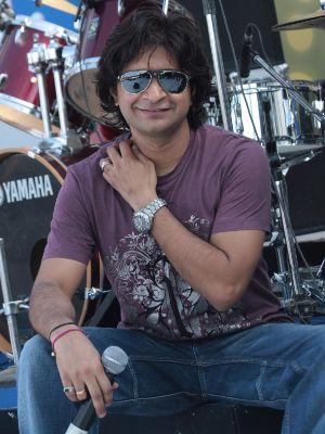 KK too is a fabulous singer of Bollywood. I love his song lut gaye from Hum Dil De Chuke Sanam.